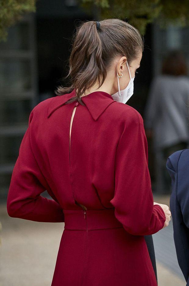 Le dos de la robe de la reine Letizia d'Espagne à Madrid, le 16 février 2021