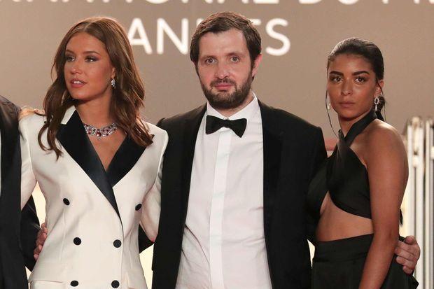 """Karim Leklou entre Adèle Exarchopoulos et Kenza Fortas, ses partenaires féminines de """"BAC Nord"""", à Cannes en juillet 2021"""
