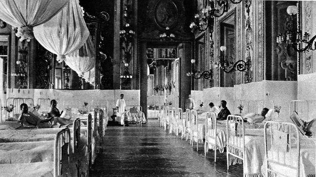 La grande salle de bal du Quirinal à Rome transformé en hôpital militaire, le 25 septembre 1915