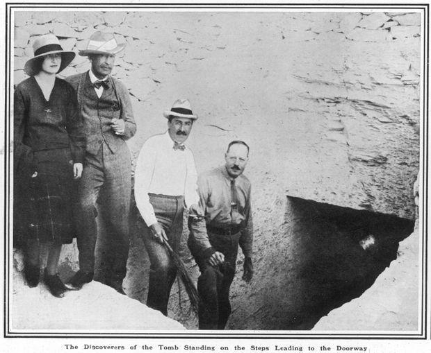 Lord Carnarvon et sa fille avec Howard Carter et son principal assistant B. Callender devant la porte de la tombe de Toutankhamon, le 16 décembre 1922