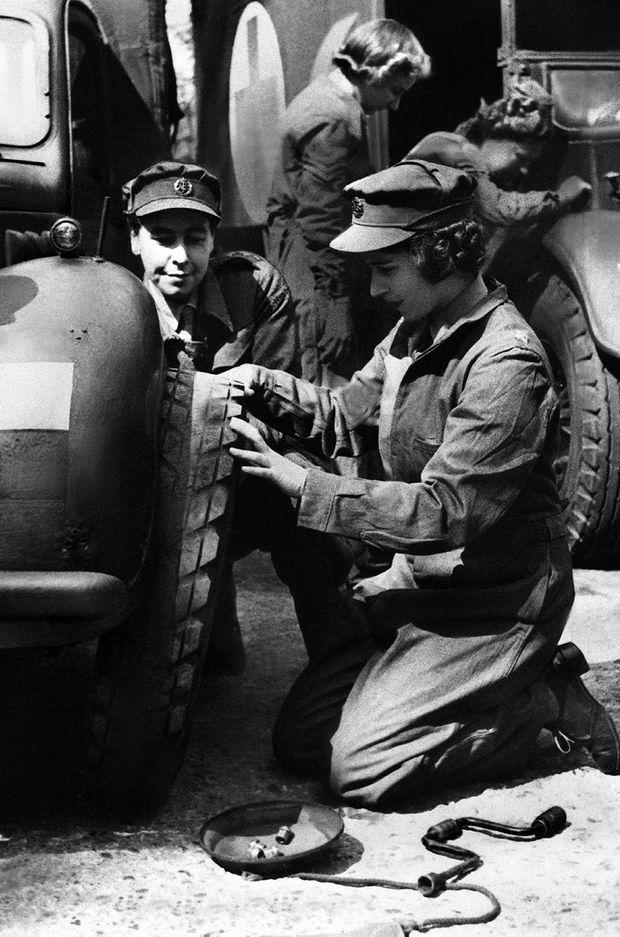 La princesse Elizabeth travaillant comme mécanicienne automobile vers la fin de la Seconde Guerre mondiale en 1945