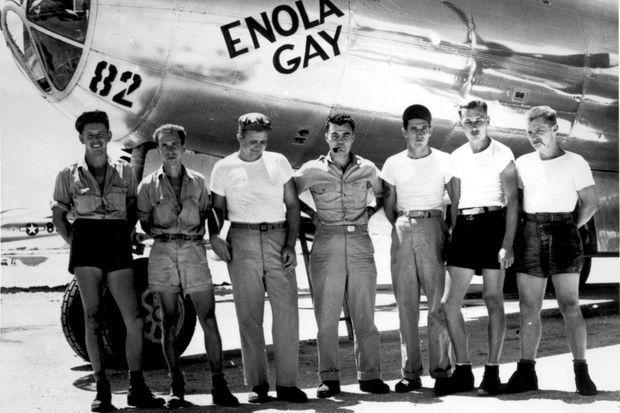 L'équipe d'«Enola Gay», Paul Tibbets est au centre.