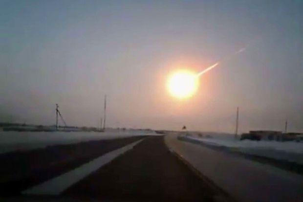 Image prise par une caméra de voiture lors de l'explosion du météore de Tcheliabinsk.