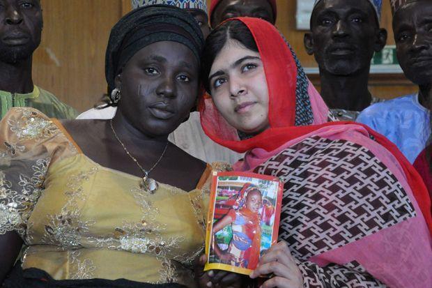 Rebecca avec Malala, Prix Nobel de la Paix 2014. Elle porte une photo de sa fille Sarah.