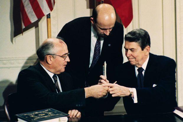 Ronald Reagan rencontre Gorbatchev, le 8 décembre 1987.