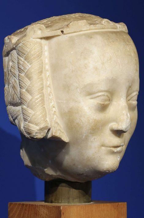 La tête en marbre présente les canons de beauté du règne de Charles V