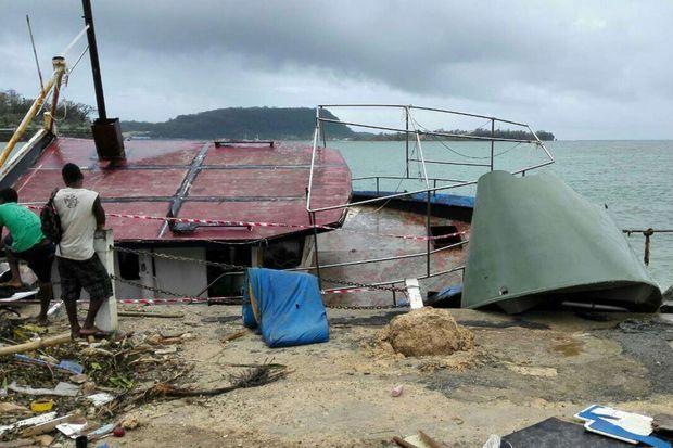 Un bateau de pêcheur éventré à Port Vila.