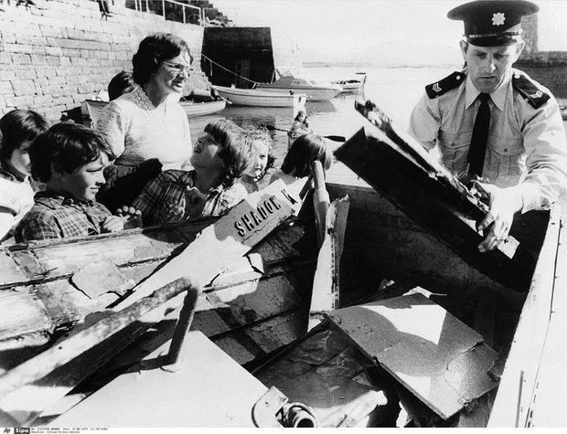 Des policiers récupèrent les débris du bateau de pêche sur lequel Lord Mountbatten a trouvé la mort en Irlande. Sur l'une des planches de bois, on lit encore le nom du navire réduit en miettes par la bombe de l'IRA: le Shadow V.