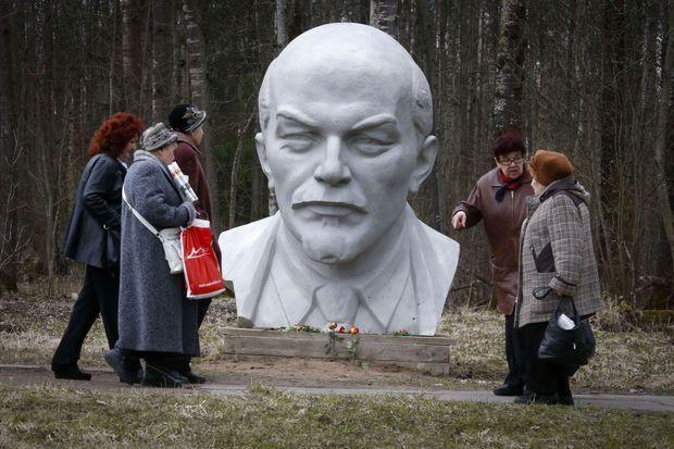 La statue de la tête de Lénine, à l'occasion de son 145e anniversaire.