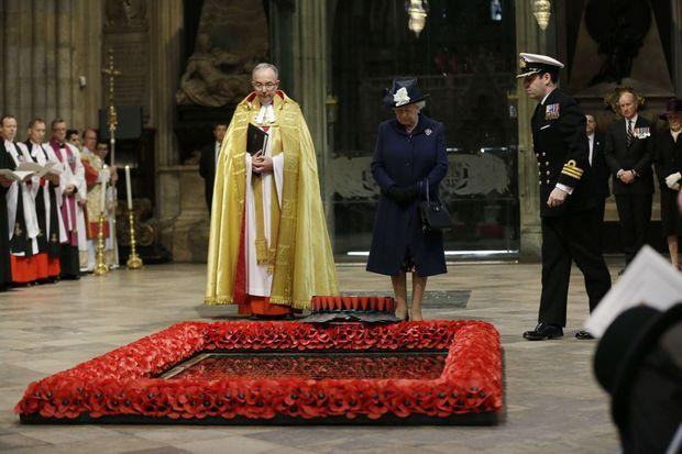 La reine Elizabeth II devant la tombe du Soldat inconnu à l'abbaye de Westminster, le 10 mai 2015, pour le 70e anniversaire de la fin de la Seconde Guerre mondiale en Europe