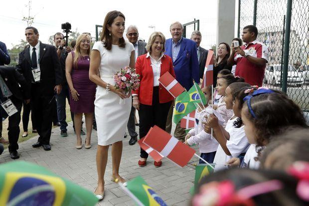 La princesse Mary de Danemark à son arrivée dans une école maternelle d'un bidonville de Rio de Janeiro, le 3 août 2016