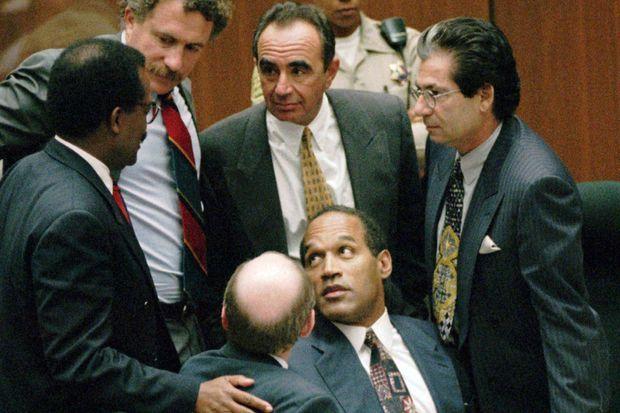 OJ Simpson lors de son procès en 1995. Ses avocats de gauche à droite : Johnnie Cochran Jr, Robert Shapiro et Robert Kardashian