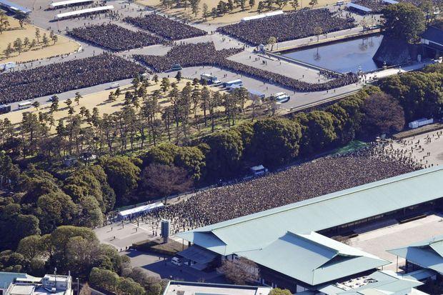La foule venue saluer l'empereur Akihito du Japon et la famille impériale à Tokyo le 2 janvier 2019