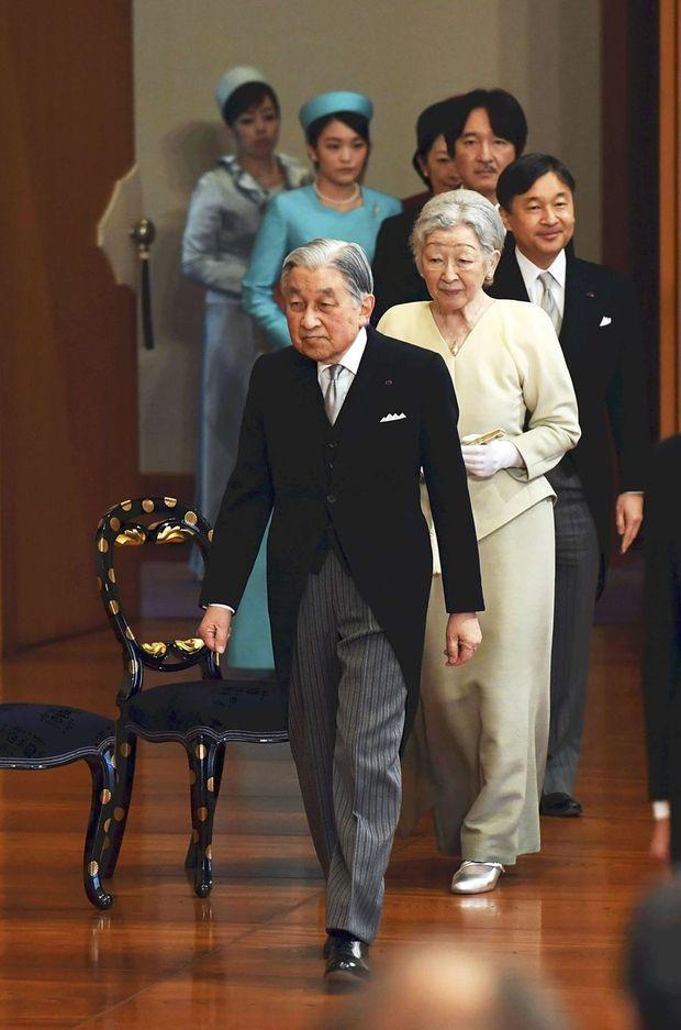 L'empereur Akihito du Japon et l'impératrice Michiko suivis de la famille impériale à Tokyo, le 11 janvier 2019