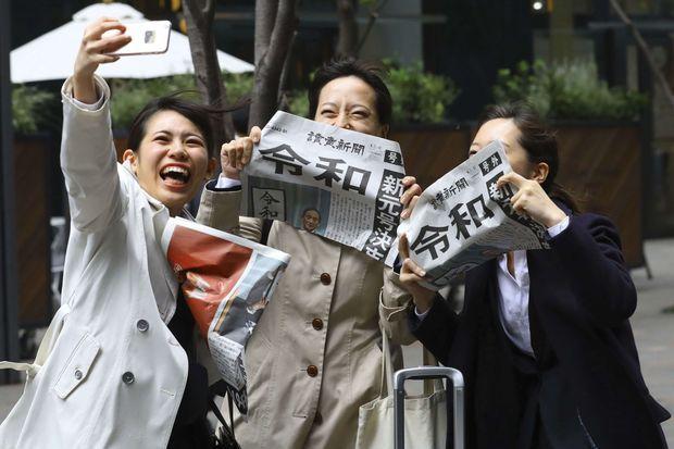 Une heure après l'annonce du nom de la nouvelle ère, les Japonais s'arrachaient les journaux, à Tokyo le 1er avril 2019