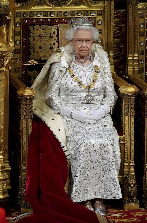 La reine Elizabeth II porte la «Robe of State of crimson velvet», cape en velours et hermine lors de l'ouverture du Parlement le 14 octobre 2019