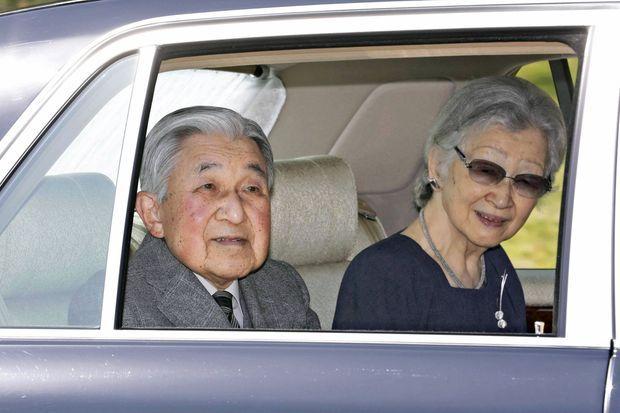 L'ex-empereur Akihito et l'ex-impératrice Michiko du Japon quittent définitivement le Palais impérial à Tokyo, le 19 mars 2020