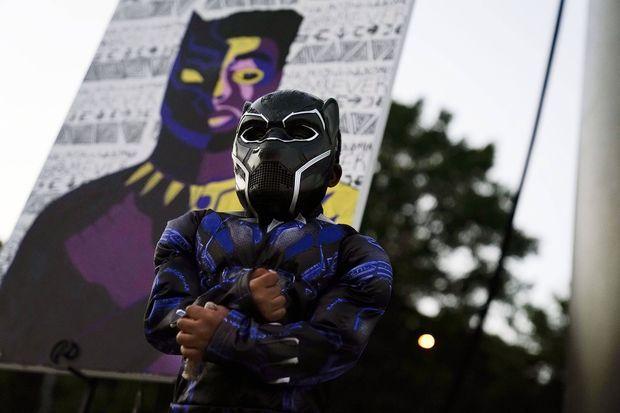 Un petit garçon en costume de Black Panther lors d'un hommage public célébré à Anderson (Caroline du Sud) en la mémoire de Chadwick Boseman, le 3 septembre 2020