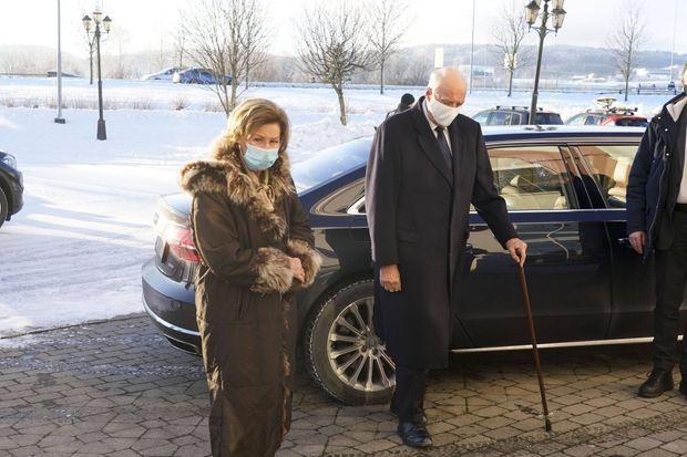 Le roi Harald V de Norvège, appuyé sur une canne, et la reine Sonja, le 3 janvier 2021