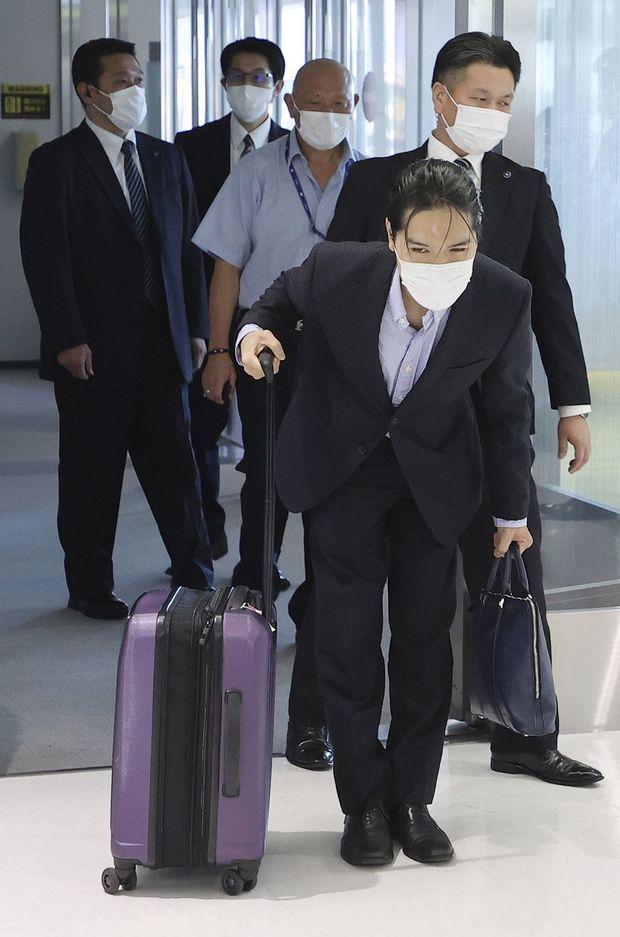Kei Komuro s'incline devant les médias à son arrivée à l'aéroport de Narita, près de Tokyo, le 27 septembre 2021
