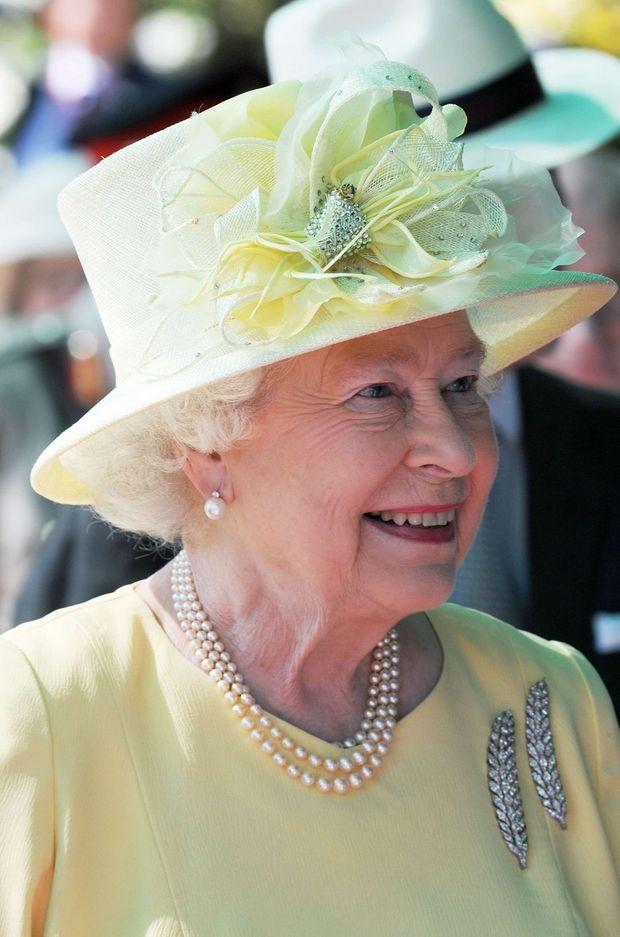 La reine Elizabeth portant les Wheat-Ear Brooches en broches à Amman, le 27 novembre 2010