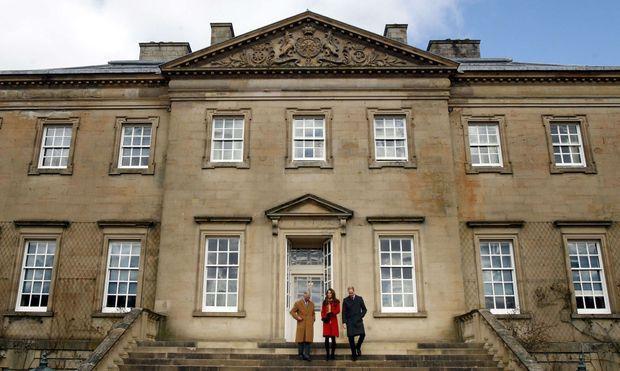 Le prince Charles avec le prince William et son épouse Kate Middleton devant le château du domaine de Dumfries House, le 5 avril 2013