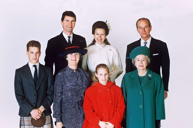 Photo officielle du mariage de la princesse Anne et de Timothy Laurence en 1992, avec la reine Elizabeth II, le prince Philip, Peter et Zara Philipps, et Barbara Alison Laurence