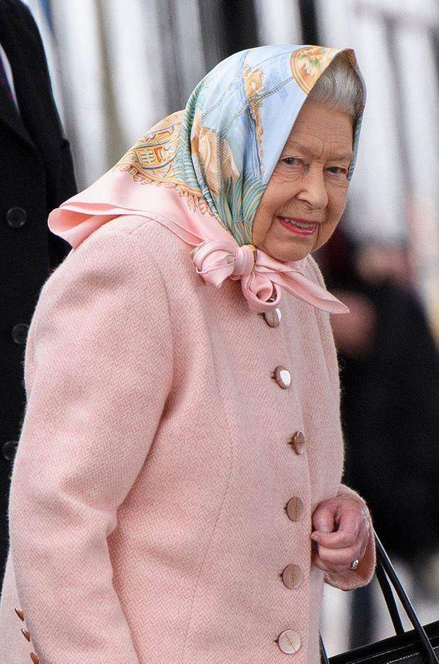 a reine Elizabeth II arrive à la gare de King's Lynn, le 20 décembre 2019