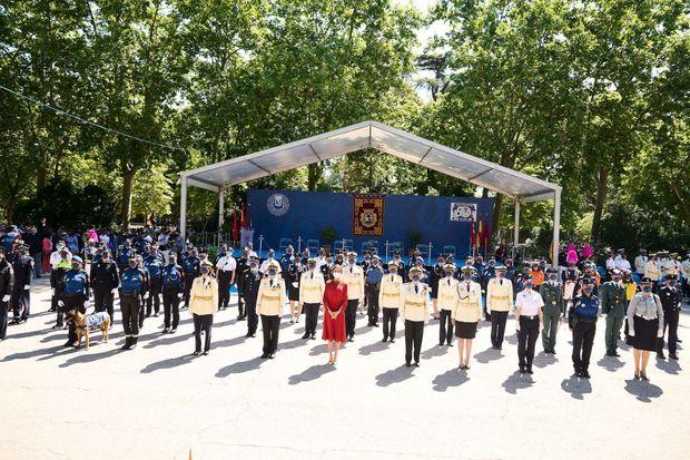 La reine Letizia d'Espagne avec les policières municipales de Madrid, le 24 juin 2021
