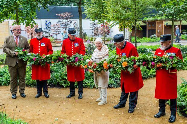 """L'actrice britannique Judi Dench a inauguré le jardin """"Queen's Green Canopy"""" au Chelsea Flower Show, le 20 septembre 2021"""