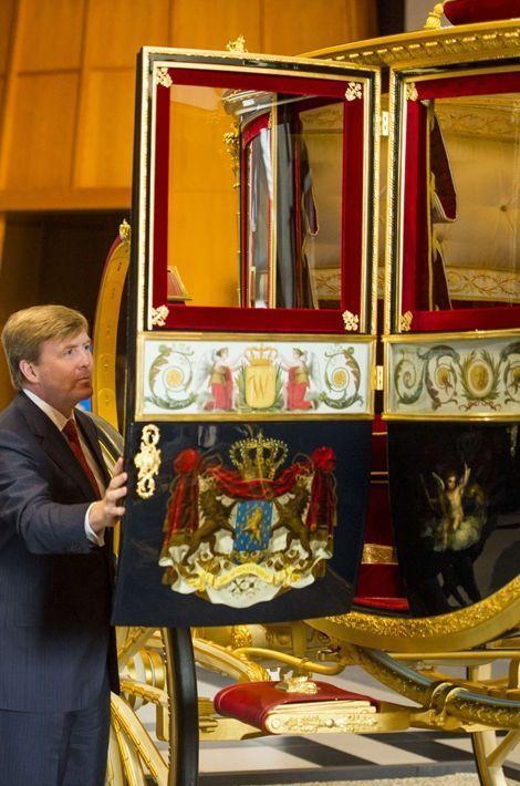 """Le roi Willem-Alexander admire la restauration du """"carrosse de verre"""" à La Haye, le 16 mars 2015"""