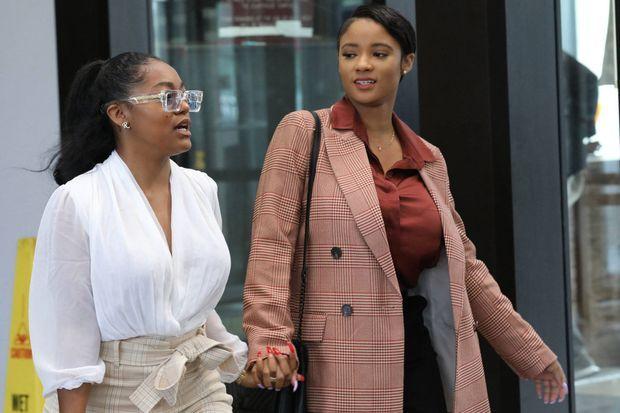 Azriel Clary (à gauche) avec Joycelyn Savage en septembre 2019 à la sortie du tribunal de Chicago. Deux mois plus tard, elle se désolidarisait de R. Kelly.