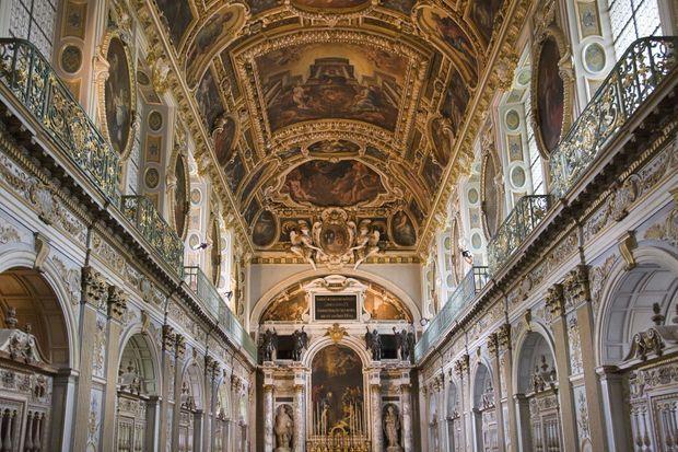 La voûte de la chapelle de la Trinité du château de Fontainebleau date de l'époque d'Henri IV