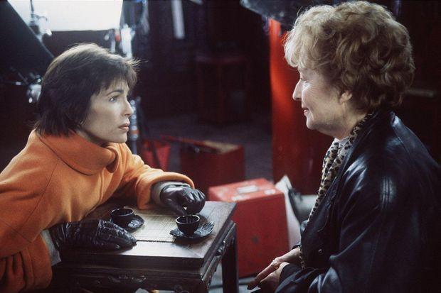 """Véronique Jannot avec sa mère, Colette, dans """"Madame le Consul"""" en 1996."""