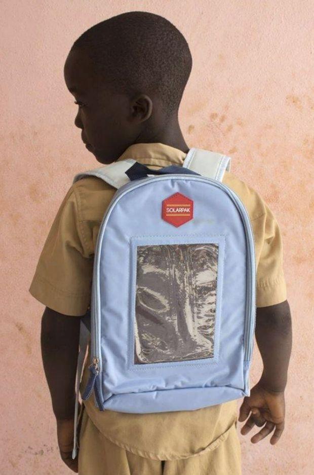 Un écolier avec son Solarpak sur le dos.