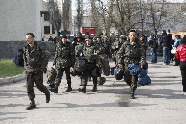 Les soldats du 25eme bataillon parachutiste de l'armée ukrainienne, qui ont fait défection mercredi 16 avril, abandonnent leurs armes et partent sous les applaudissements de la foule à Slaviansk.