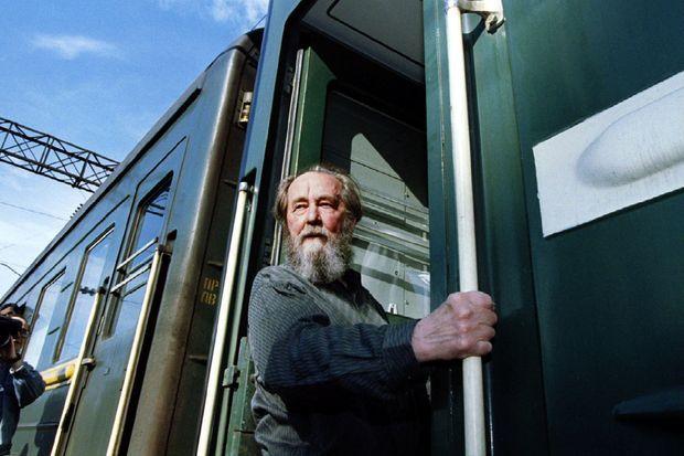 Alexandre Soljenitsyne monte à bord du train qui doit le mener à Moscou, le 1er juin 1994.