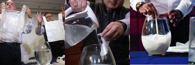 1) A g., le sac fin. A dr., un Solubag plus épais qui ne craint pas la pluie (il se dissout dans l'eau chaude) 2) Pour démontrer ses propriétés solubles, l'inventeur le trempe dans l'eau. 3) bout de cinq minutes, le sac est revenu à l'état liquide.