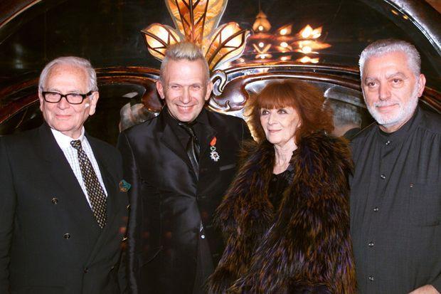 Sonia Rykiel entourée de Pierre Cardin, Jean-Paul Gaultier et Paco Rabanne