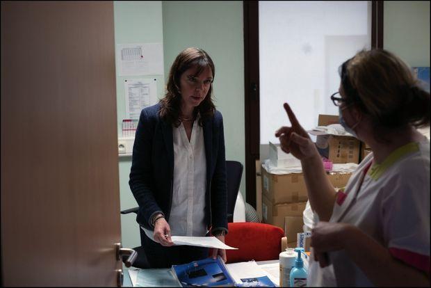 Sophie Vinel, directrice de l'Ehpad du Couarôge, « en situation de guerre ». Ici, dans son bureau, avec une aide-soignante, vendredi 27 mars.