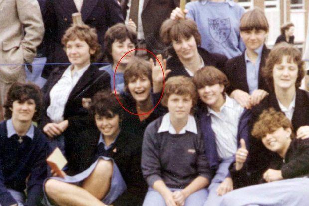"""""""Adolescente, elle pose pour une photo avec ses camarades de collège."""" - Paris Match n°2591, 21 janvier 1999"""