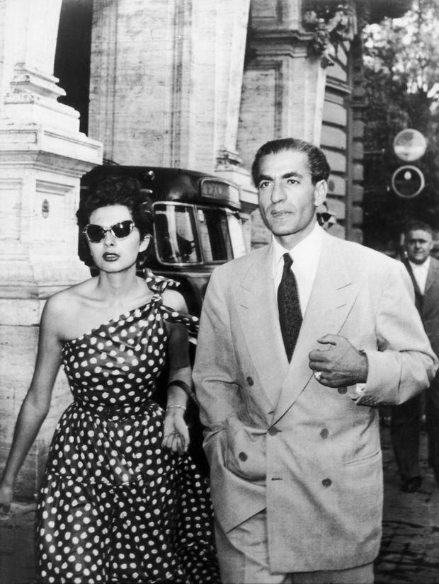 """""""Premier exil en 1953. Il ne dure que six jours. Les officiers royalistes ont tenté de renverser Mossadegh le 16 aout. Le Shah se réfugie à Rome avec l'impératrice Soraya"""" - Paris Match n°1548, 26 janvier 1979"""