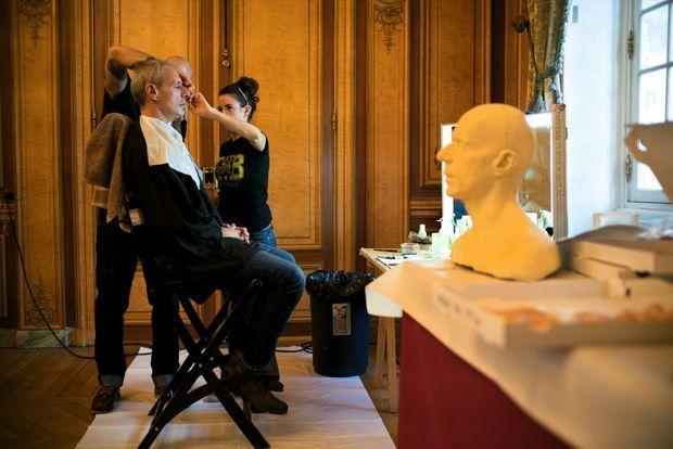 Sourcils, nez, menton, moustache : les maquilleurs effets spéciaux soignent chaque détail. Avec la coiffure et le costume, le résultat final est saisissant de ressemblance.