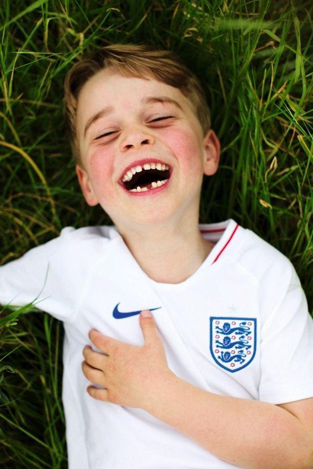 Sous l'objectif de sa mère, à Kensington Palace, le 21 juillet 2019. Il porte le maillot de l'équipe d'Angleterre de football