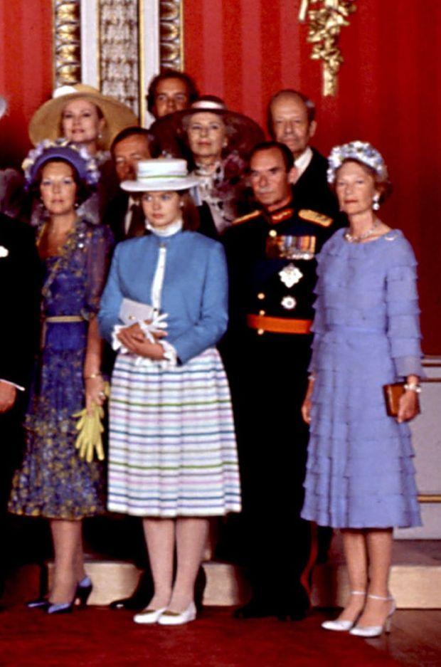 Au 1er rang: la reine Beatrix des Pays-Bas et le prince consort Claus (derrière Lady Helen Windsor), le grand-duc Jean de Luxembourg et la grande-duchesse Joséphine-Charlotte. Au 2e rang : la princesse Grace et le prince Albert de Monaco, la princesse Georgina et le prince Franz Josef II de Liechtenstein.