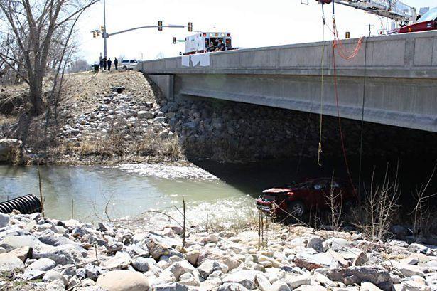 La voiture accidentée dans le lit de la rivière glacée.