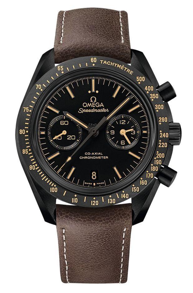 Montée sur un bracelet en cuir brun, son fond est gravé « Dark Side of the Moon », et elle est animée du calibre Omega Co-Axial 300. (10 500 €.)