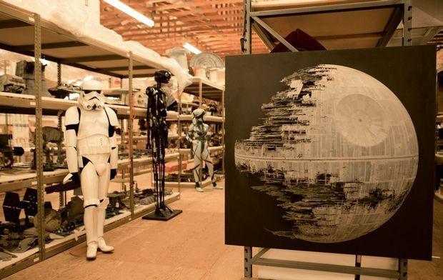 L'Etoile noire originale ne peut être transportée. Elle trône devant les rayonnages d'archives.