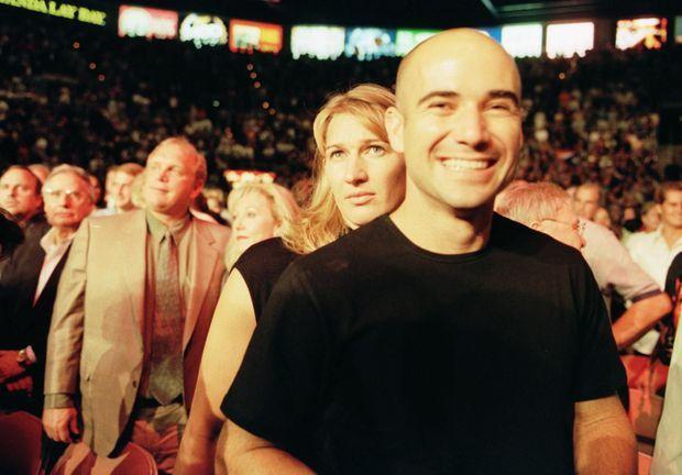 « Agassi, le Kid de Las Vegas, est fier de fouler le sol de sa ville avec, à son bras, Steffi Graf en petite robe noire. Ils s'apprêtent à assister au combat de boxe qui, samedi dernier, a opposé Felix Trinidad à Oscar De La Hoya » - Paris Match n°2627, 30 septembre 1999.