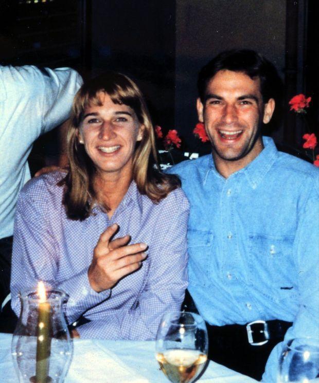 « Steffi Graf a sorti de sa route sentimentale le pilote automobile Michael Bartels. 'Nous avons vécu beaucoup de choses ensemble. Mais maintenant nous nous sommes séparés et chacun va devoir trouver sa propre voie'. Apparemment, la jeune femme n'a pas mis longtemps à trouver la sienne.» - Paris Match n°2627, 30 septembre 1999. Steffi Graf et Michael Bartels à Berlin en 1996.